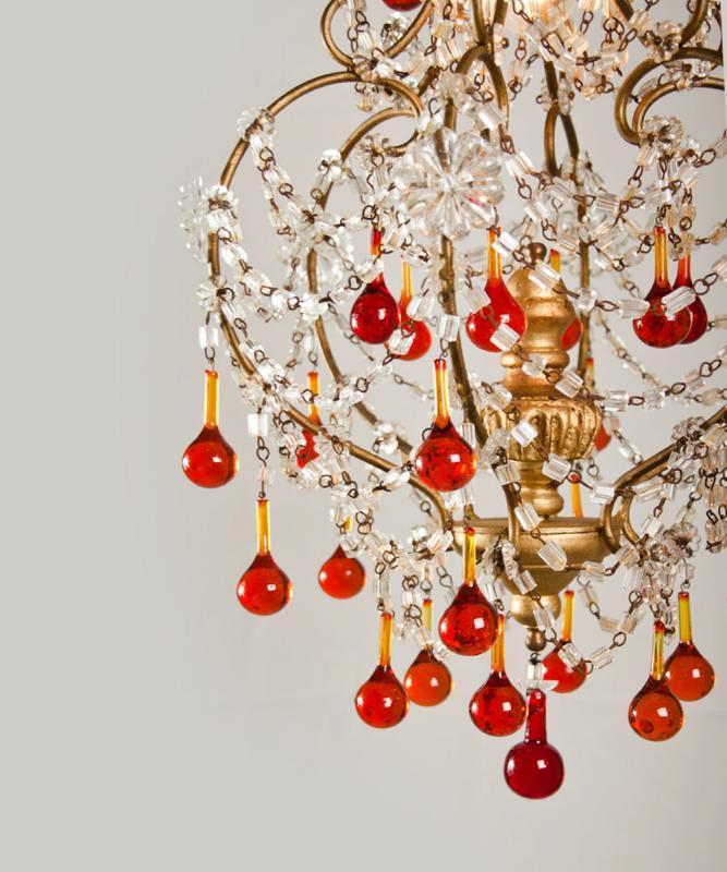 Italiaanse antieke kroonluchter met rode kristallen