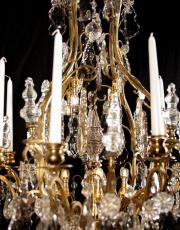 Grosser antiker vergoldeter kristallner Kronleuchter