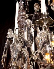 Grosser antiker silberner kristallner Kronleuchter