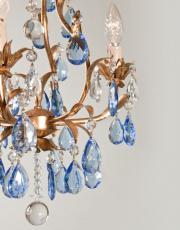 Antieke Italiaanse kroonluchter met blauwe kristallen pegels