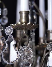 Grote zilveren kroonluchter met kaarsen