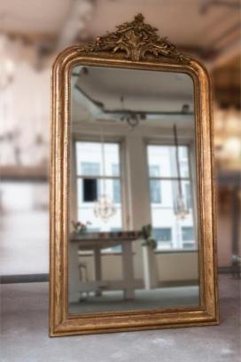 Antieke Franse spiegel met ornamenten